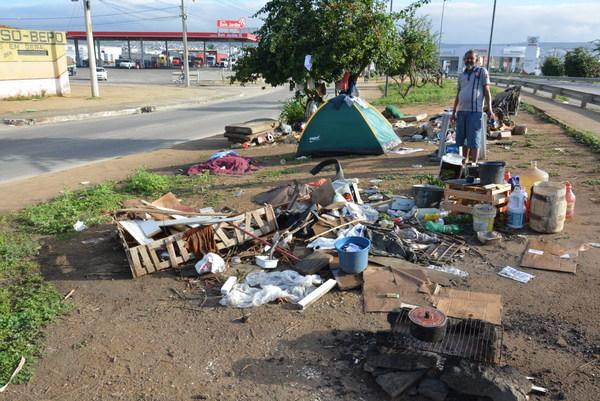 Cenas urbanas morador de rua ganha barraca de camping em for Camping cerca de vitoria