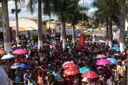 Comunidade lota praça central