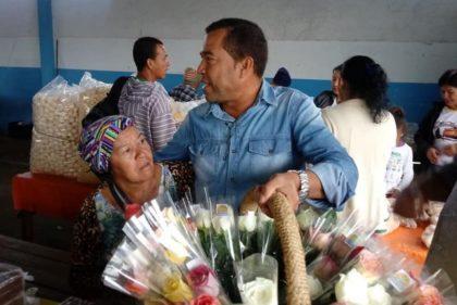 Barra do Choça: Adiodato mantém tradição e retorna às Feiras Livres distribuir rosas no Dia das Mães